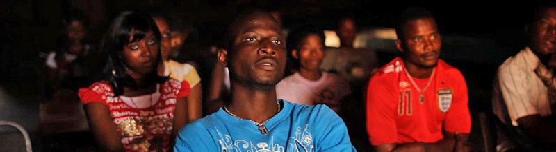 Foto fra Danidas Verdensfilm - unge i biograf i Sierra Leone